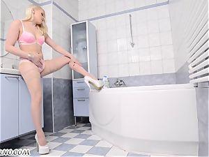 German Frau romps her cunt in wc